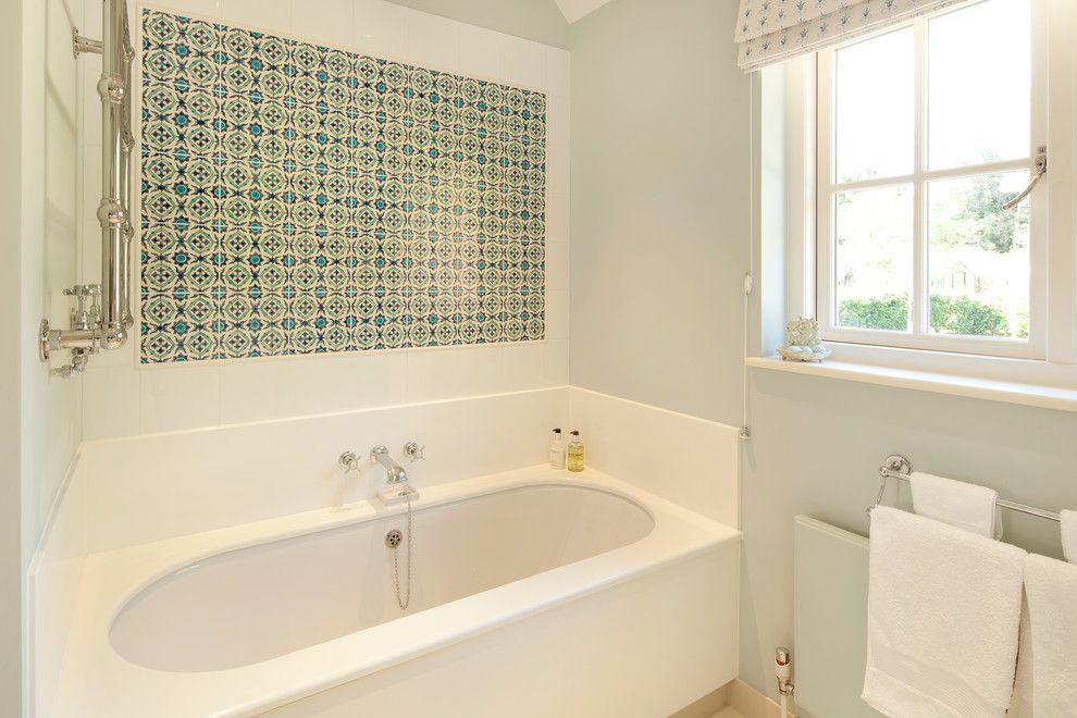 Панно из керамической плитки над ванной