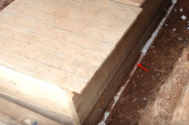 Показан слой пенополистирола в качестве теплоизоляции