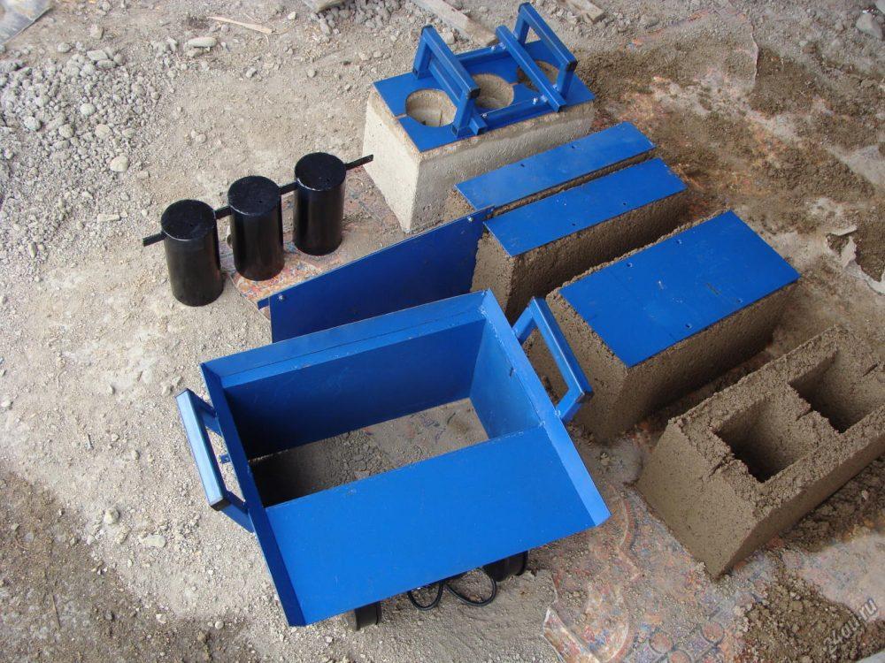 Для изготовления такого рода блоков подойдет любой материал в виде глины, опилкобетона, керамзитбетона и т.д.