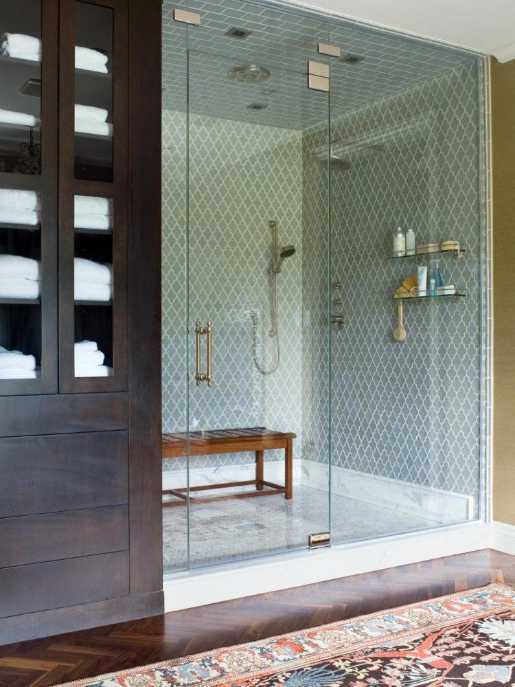 Если душ расположен в нише, стену и дверь целесообразно выполнить из стекла