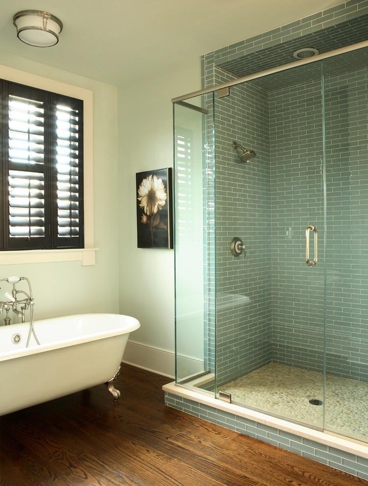 Зона душа отделена от основного пространства ванной стеклянной перегородкой
