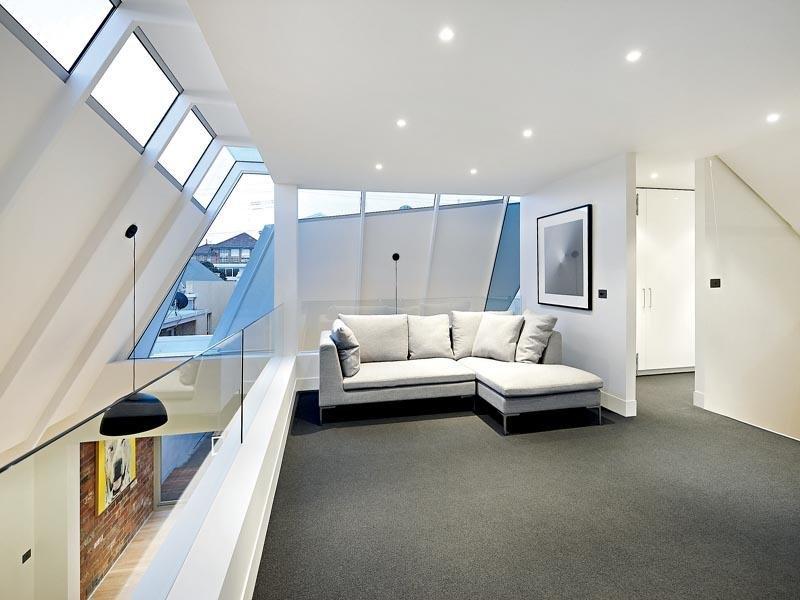 Натяжной потолок отличается абсолютно ровной поверхностью и возможностью встроить светильники