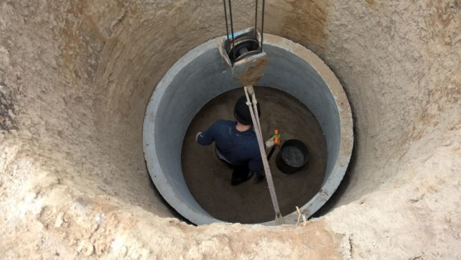 Процесс опускания колец в шахту