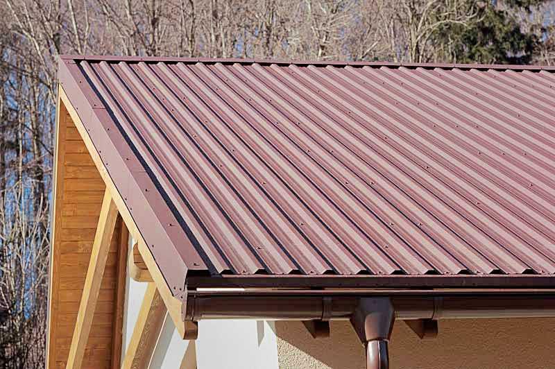Установленные ветровые планки на крыше
