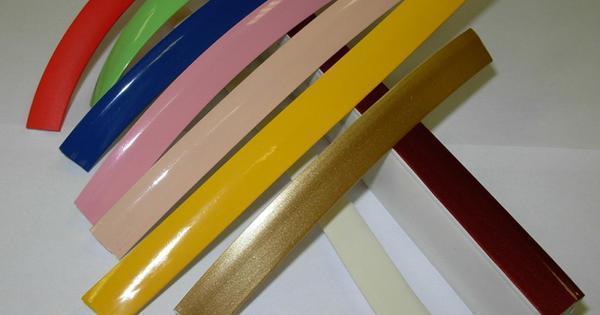 Декоративные ленты под натяжные потолки представлены широким ассортиментом. Помните, что цвет полотна и изделия должен совпадать. Таким образом, вы сможете добиться визуального расширения пространства
