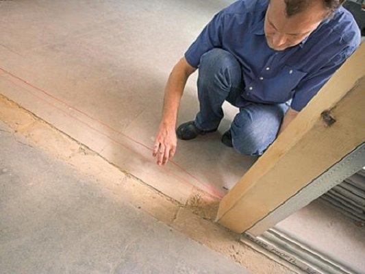 Нанесение разметки на полу помещения для установки перегородки из гипсокартона
