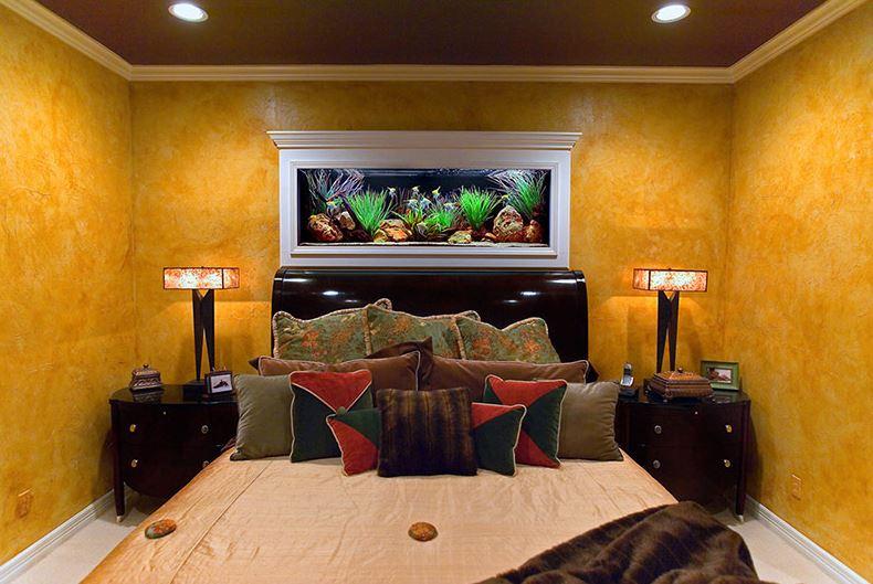 Декорирование стены в спальне с помощью аквариума