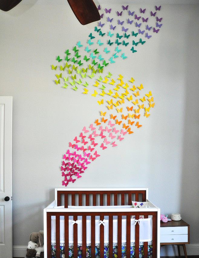 Отличная идея расположения цветных бабочек над детской кроваткой