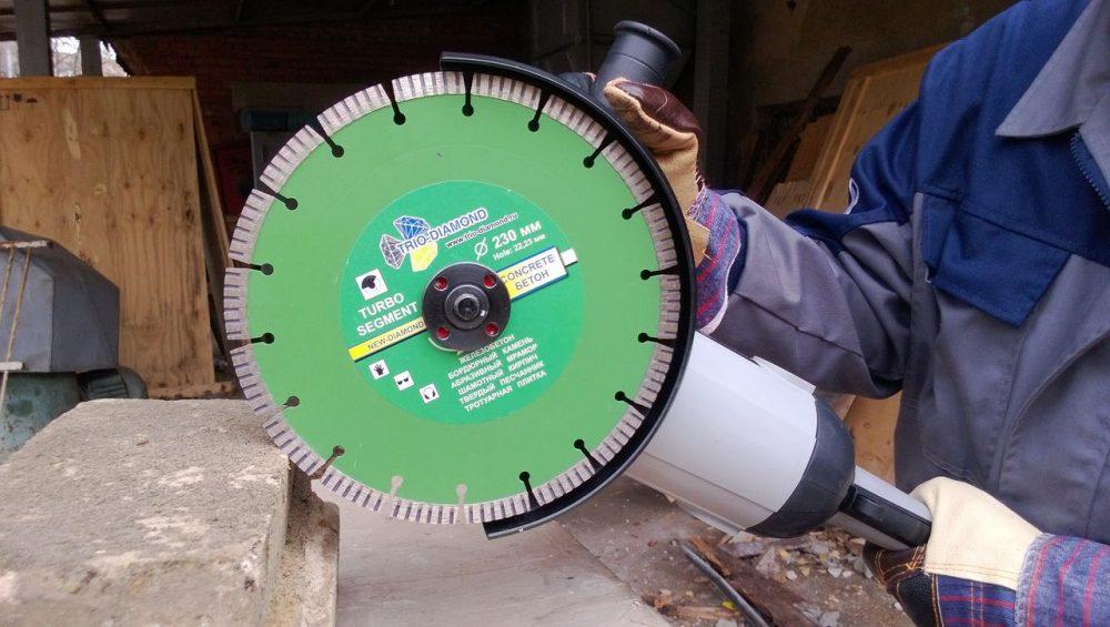 Болгарка со специальным диском – отличный инструмент для резки тротуарной плитки