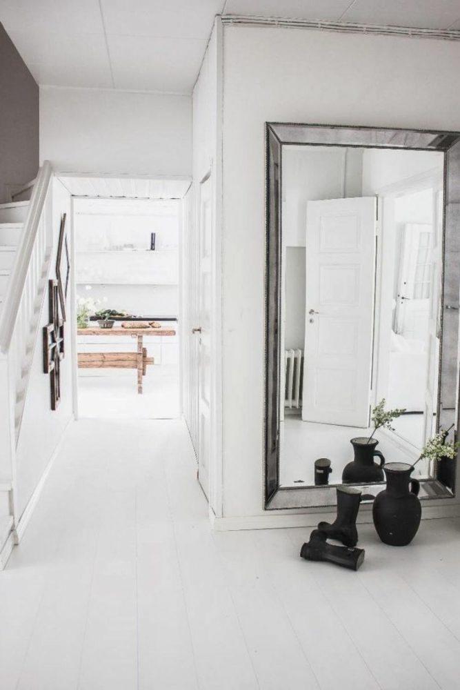 Белоснежная прихожая в дачном домике с большим зеркалом в пол