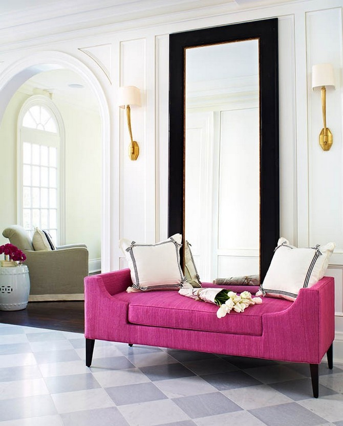Роскошный холл в традиционном стиле дополнит большое зеркало в контрастной раме и яркая оттоманка