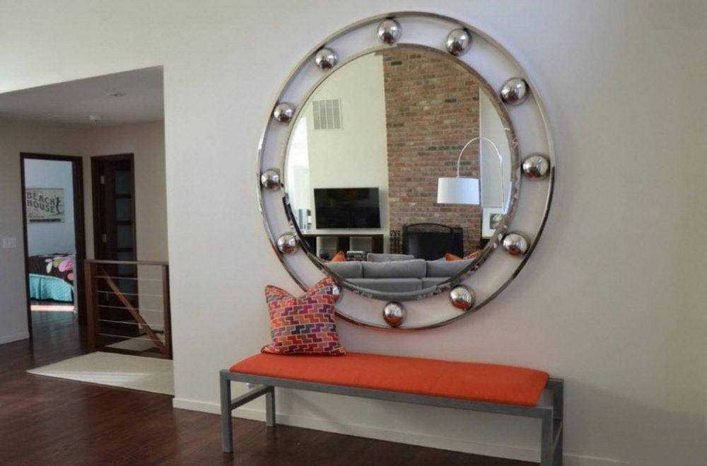 Утонченное круглое зеркало в прихожей модерн