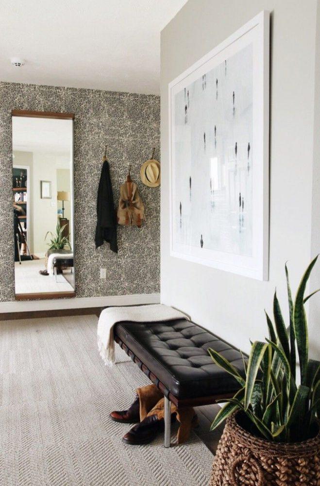 Узкое настенное зеркало, которое украсит любой интерьер