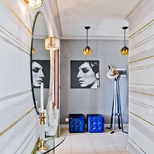 Овальное настенное зеркало в светлой прихожей в стиле эклектика