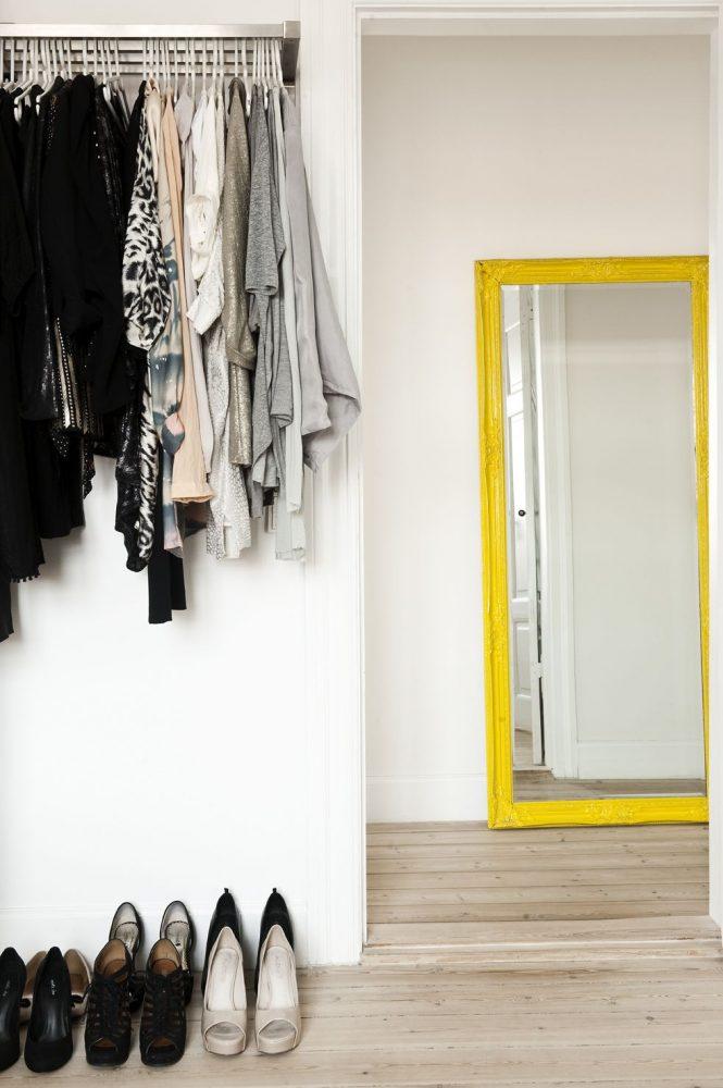 Яркий аксессуар для светлой прихожей в виде напольного зеркала