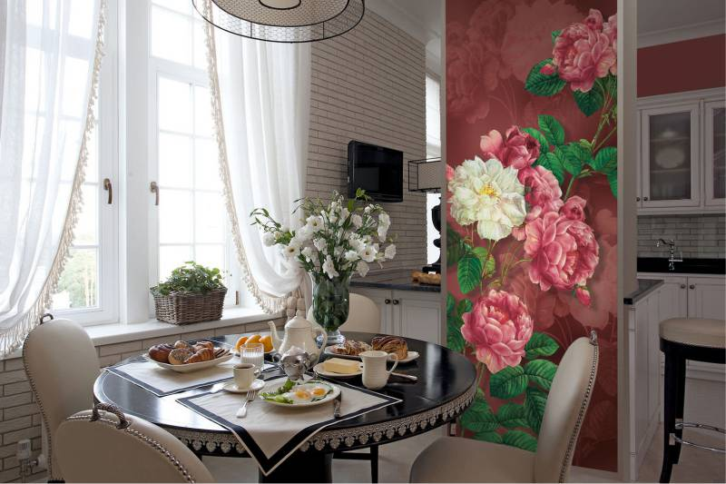 Цветы на стене классической кухни