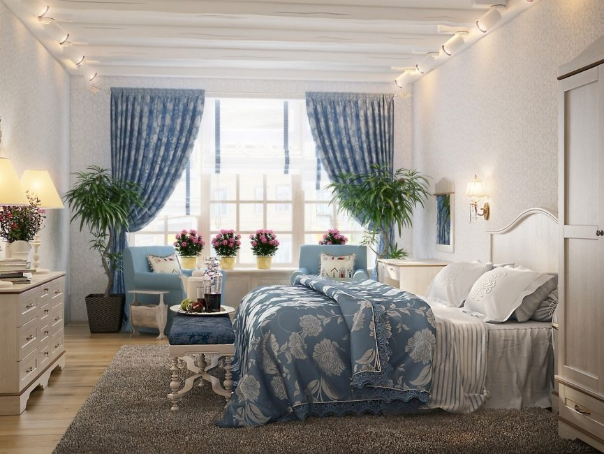 Интерьер спальни с искусственными цветами