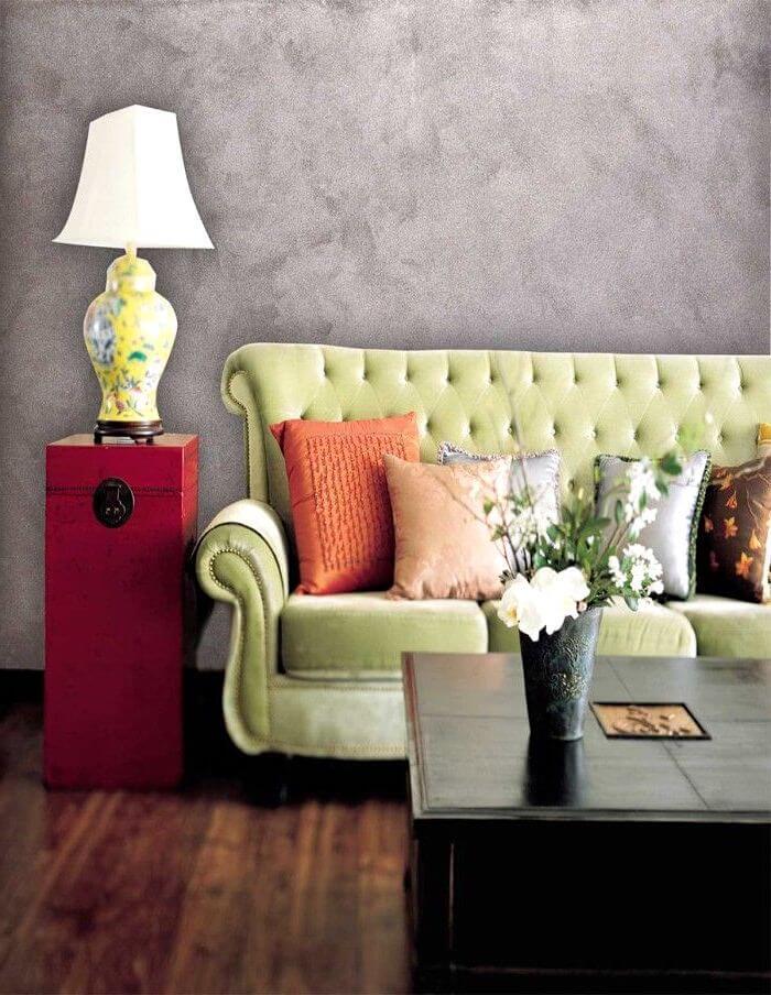 Серая стена выкрашенная текстурной краской