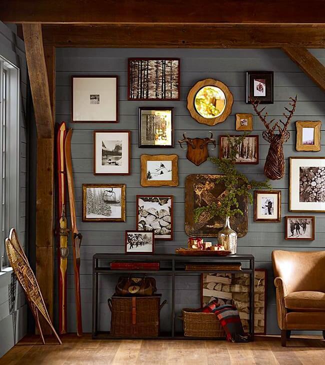 Деревянная стена является отличным фоном для картин и фоторамок