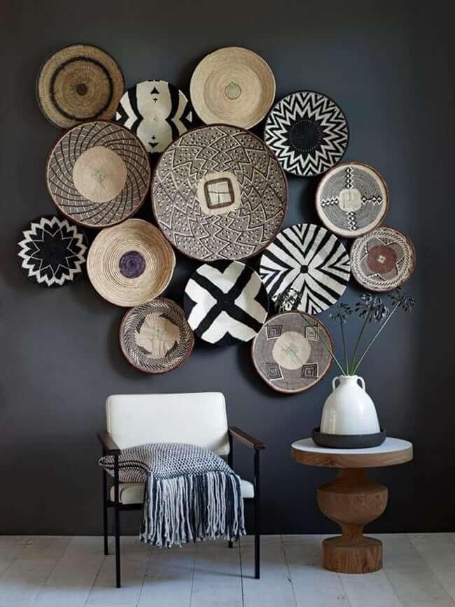 Стена украшенная красивыми тарелками различных форм
