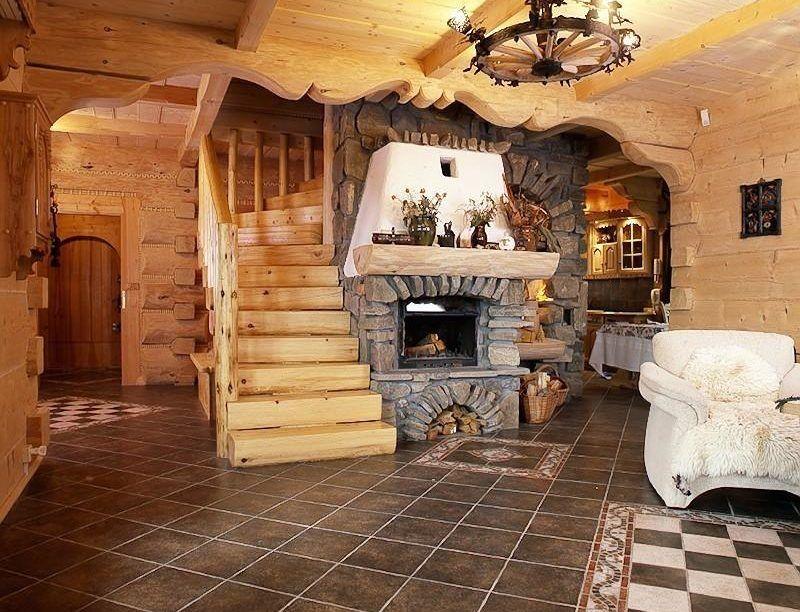 Деревянная лестница вокруг камина из натурального камня