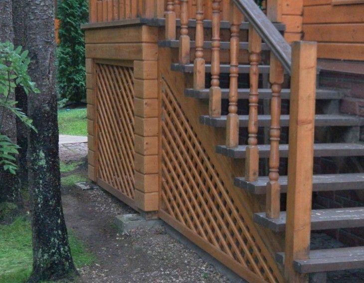Деревянное крыльцо с дровницей