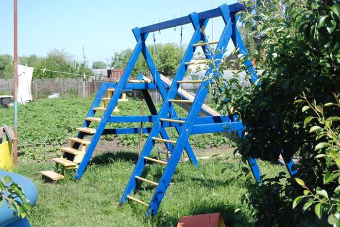 Комбинация лестниц и качелей