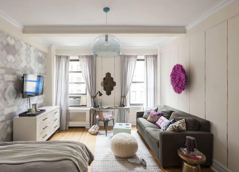 Диван в гостиной квартиры-студии может выполнять функцию дополнительного спального места