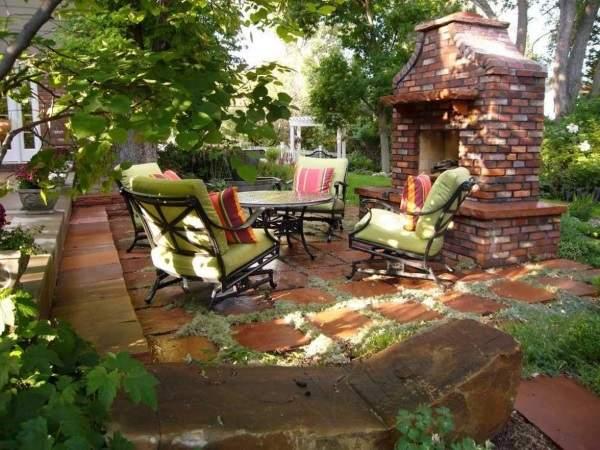 Дизайн двора частного дома в деревне - фото зоны отдыха с печью