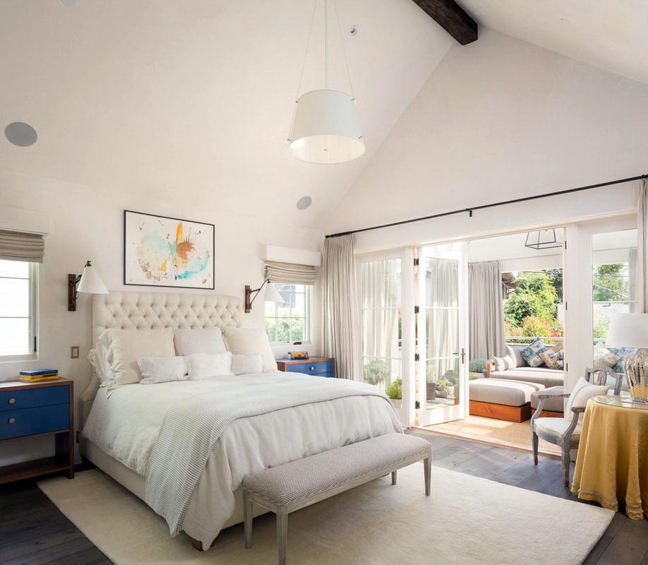 светлая спальня с балконом
