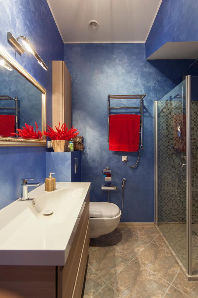 интерьер синей ванной комнаты