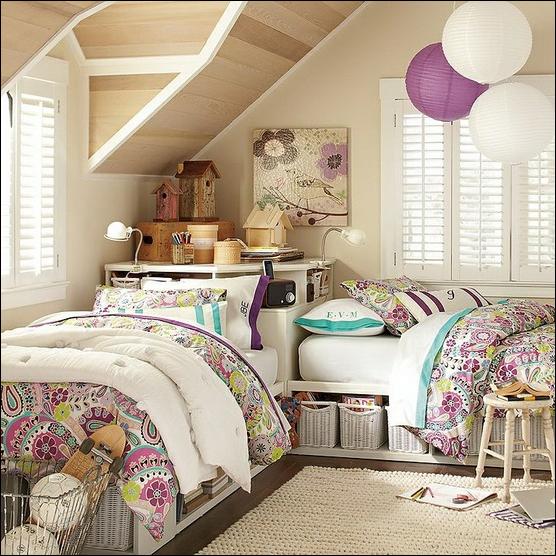 кровати изголовьем друг к другу в интерьере детской комнаты для девочек