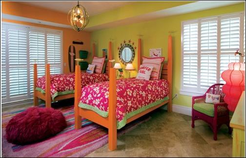две кровати параллельно друг другу в детской