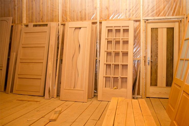 Двери из сосны различных видов