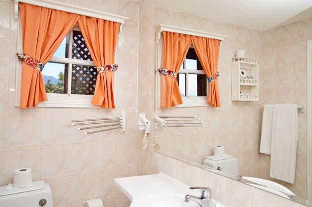 Фальшокошко в ванной