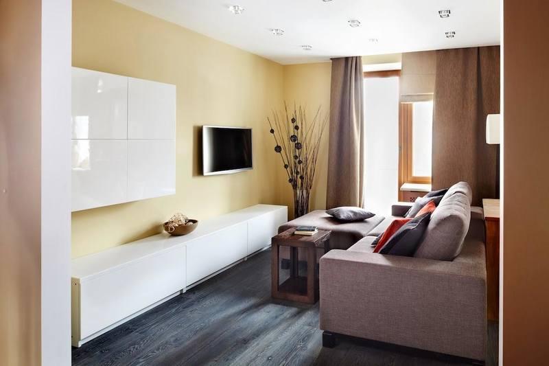 Глянцевые поверхности мебели визуально делают пространство светлее