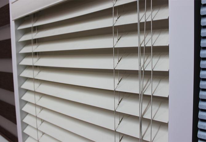 Горизонтальные жалюзи - фото дизайна балкона