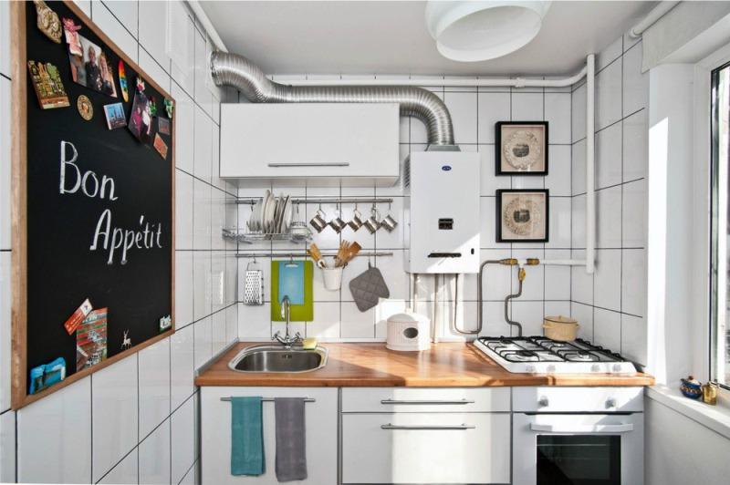 Грифельная доска для записей в интерьере кухни