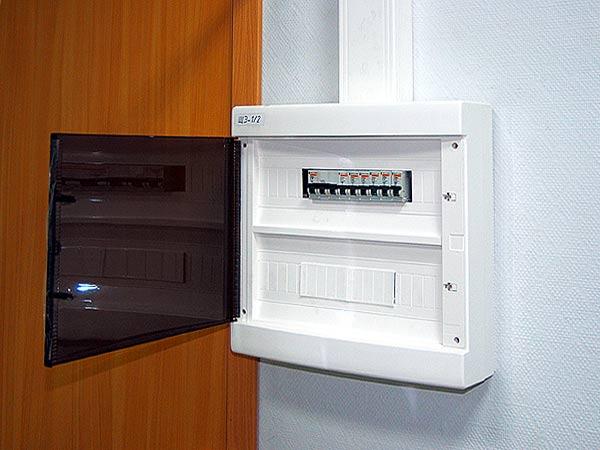 Пластиковый корпус с прозрачной дверцей