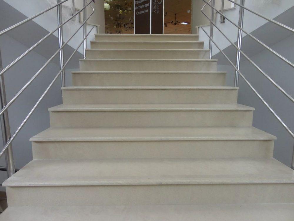Керамогранит обладает высокими эксплуатационными характеристиками, поэтому часто используется для облицовки лестниц в общественных местах