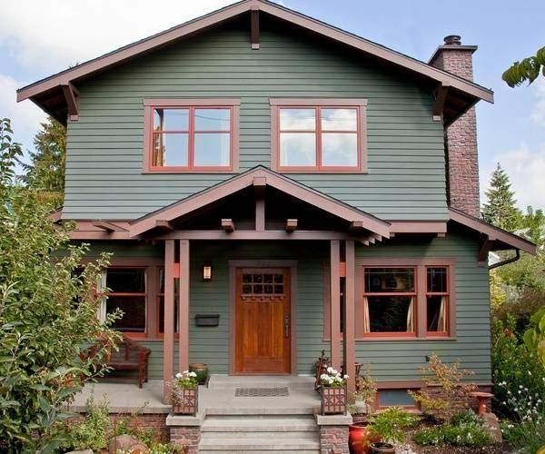 Кирпично-бетонное крыльцо для частного дома с деревянным навесом