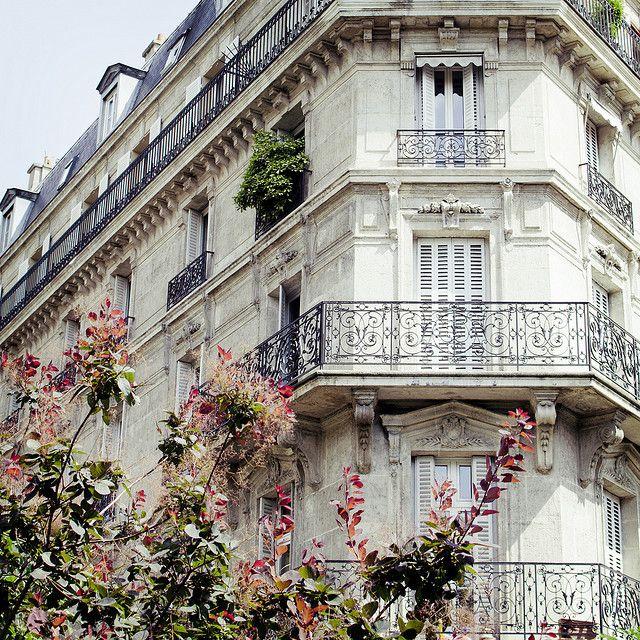 Оригинальный стиль отделки балкона поможет вселить хозяевам гордость, а также заставит прохожих мимо людей приобщиться к прекрасному творению