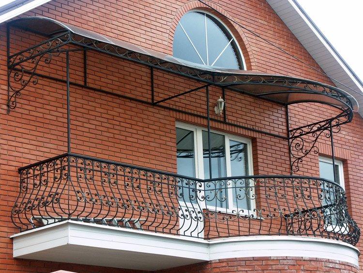 Не стоит верить стереотипам о том, что кованые балконы - это роскошь для богатых, ведь практически каждый человек может выбрать для себя бюджетный вариант