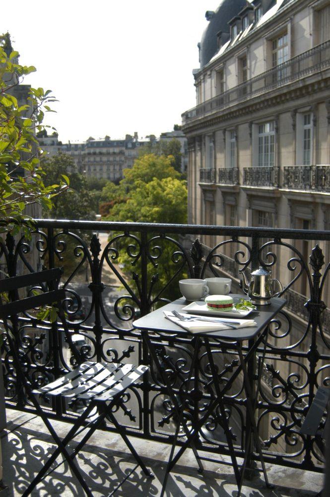Не стоит поддаваться на всеобщий стереотип, что балкон нужен только для того, чтобы там хранить старые вещи, ведь балкон можно обустроить так, чтобы он стал зоной отдыха, комфорта и уюта