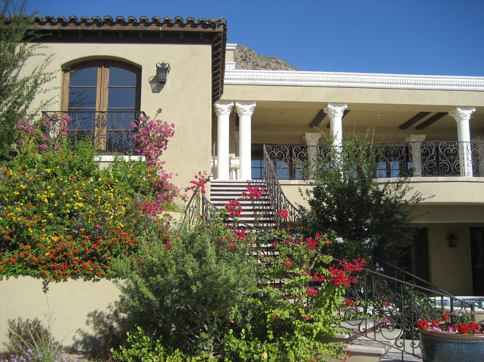 Если Вы использовали кованые балконы в экстерьере загородного дома, то его можно дополнить плетенной мебелью, садовыми фонарями и душистыми цветущими растениями - все это поможет Вам создать атмосферу уюта