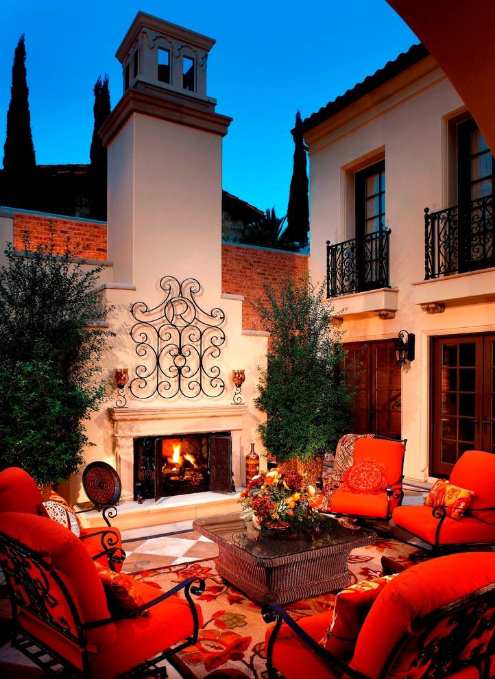 Чтобы кованый балкон смотрелся непринужденно и органично в экстерьере вашего дома, можно прибавить еще парочку кованых деталей, при этом нужно учесть стиль исполнения кованых изделий