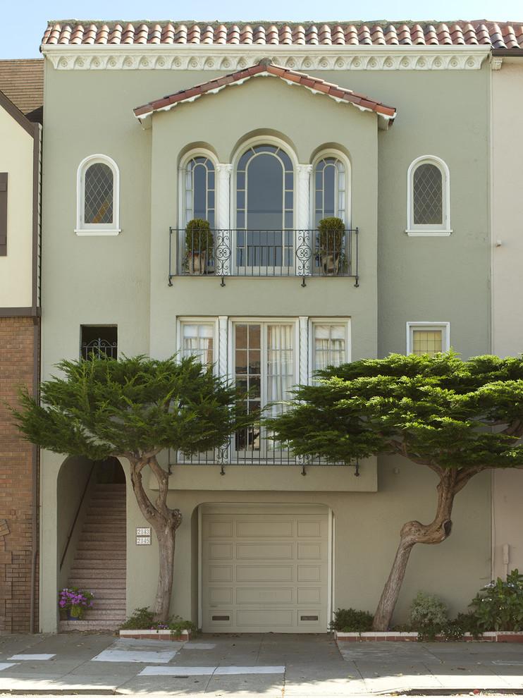 Кованые изделия практически универсальны, такой балкон способен вписаться практически в любой экстерьер вашего дома , от классического до современного