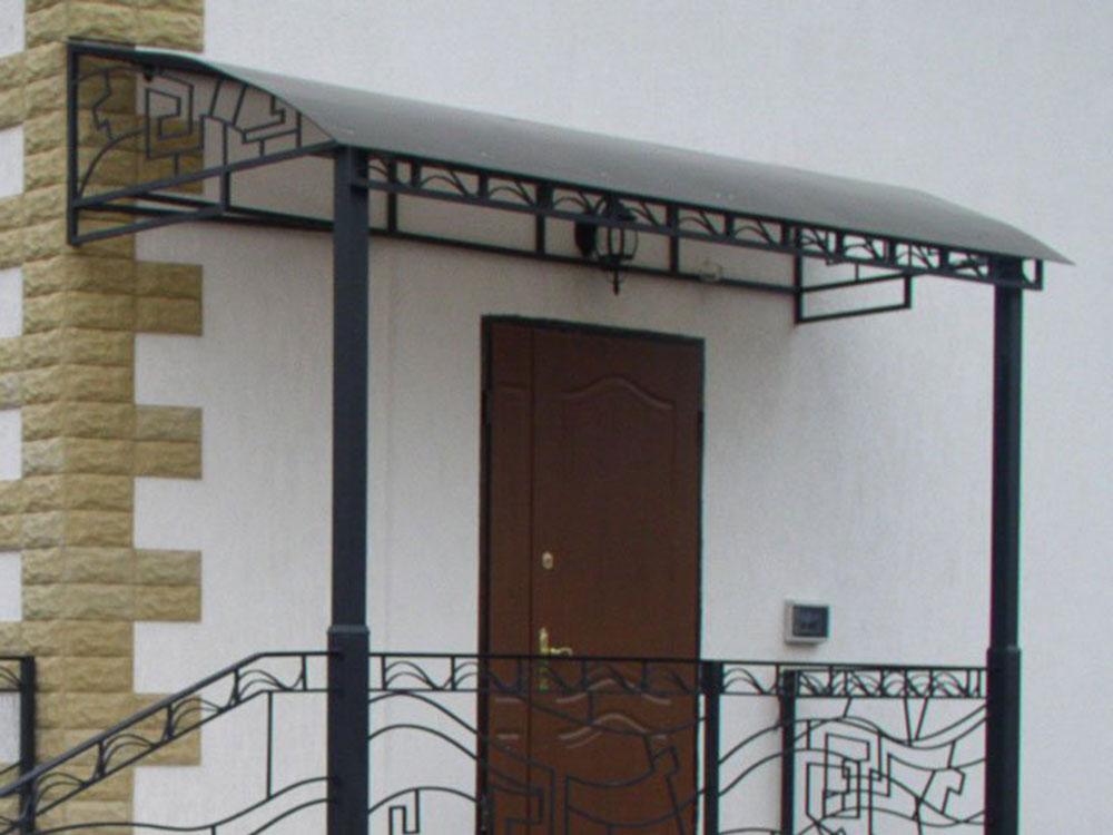 козырек входной двери частного дома