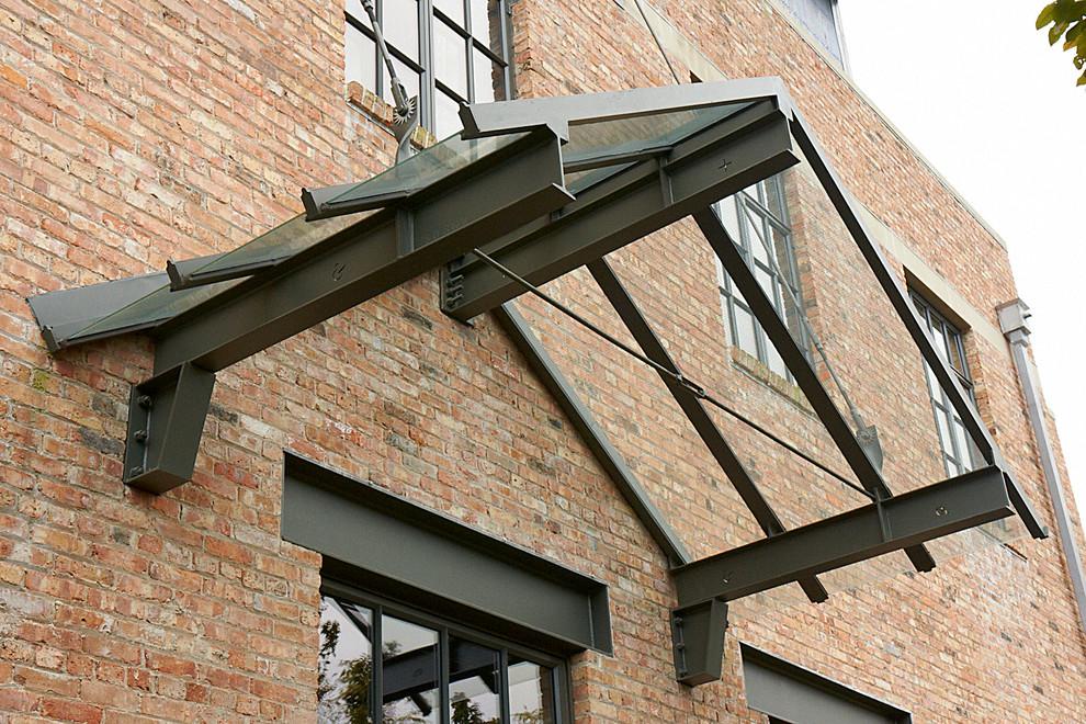 Козырьки из поликарбоната над крыльцом. Брутальный дизайн двускатного козырька над крыльцом дома в индустриальном стиле