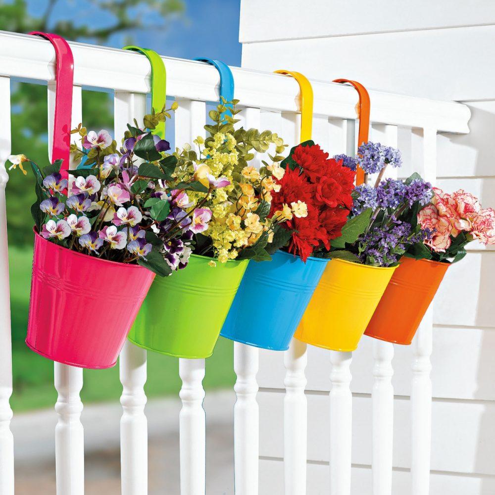 яркие цветы на балконе на полках интерьер
